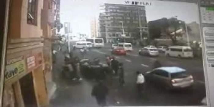 Photo of بالفيديو.. رجل يلقي زوجته وطفليه من الطابق الثاني لإنقاذهم من النيران