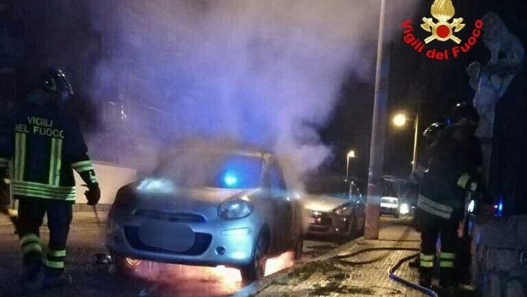 """Gaeta. """"Nerone colpisce ancora. A fuoco auto in via Roma"""""""