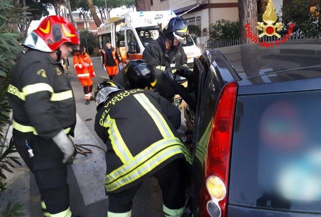 Terracina. Incidente stradale, con incastro, in pieno centro città