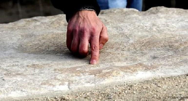 Latina. Il masso con le impronte del dinosauro al Parco Ausoni