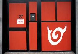 Logo prespaziato applicato nella porta della scuola di ballo Diablo Latino international