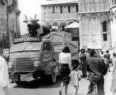 Veicolo pubblicitaro per Simmenthal con mucca