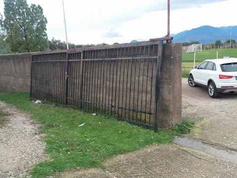 Σοκ στο γήπεδο Παπαδατών/Πόρτα καταπλάκωσε και σκότωσε 57χρονο άνδρα