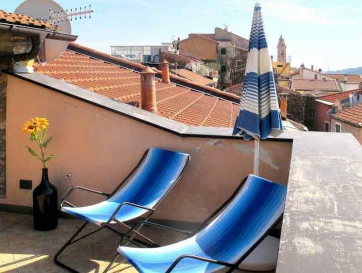 Il terrazzo in parte coperto dal tetto con vista a 360 gradi di Loggia sul Faudo