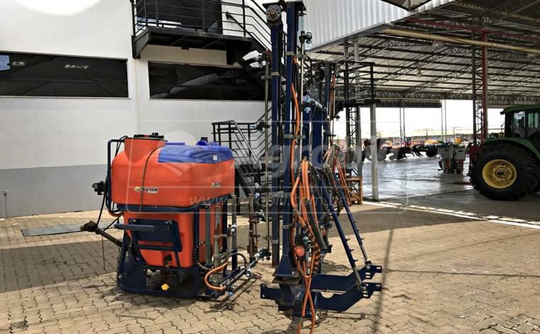 Pulverizador para cana de açúcar / Barra Central modelo Ultra 100 / 800 litros Ano 2012 – Alma > Usado - Pulverizadores - Alma - Agrobill - Tratores, Implementos Agrícolas, Pneus