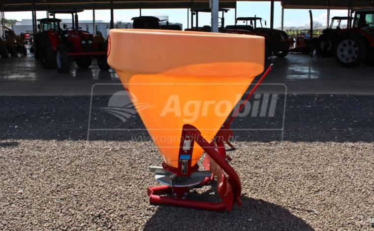 Distribuidor de Calcário 600 Litros Giro 600 – Vicon > Novo - Distribuidor de Calcário - Vicon - Agrobill - Tratores, Implementos Agrícolas, Pneus