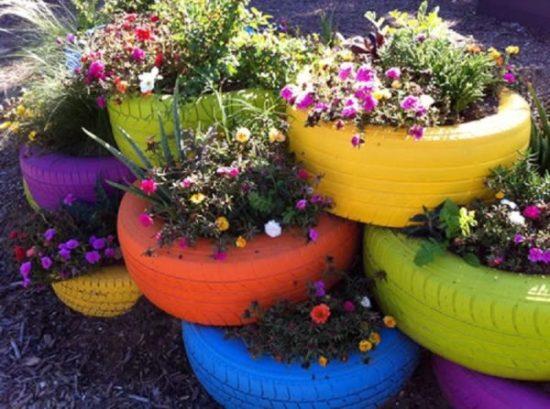 Neumáticos reciclados como macetas en un mini huerto urbano