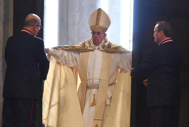 Pope Francis opens the Holy Door of Saint Peter's Basilica, formally starting the Jubilee of Mercy, at the Vatican City, 08 December 2015. ANSA/ETTORE FERRARI