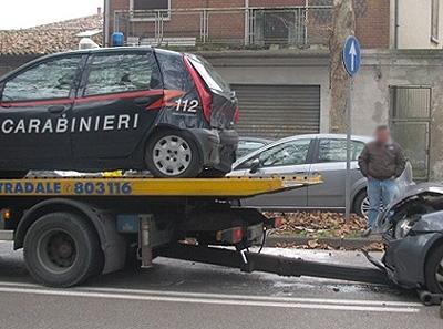 carabinieri-auto-danneggiata