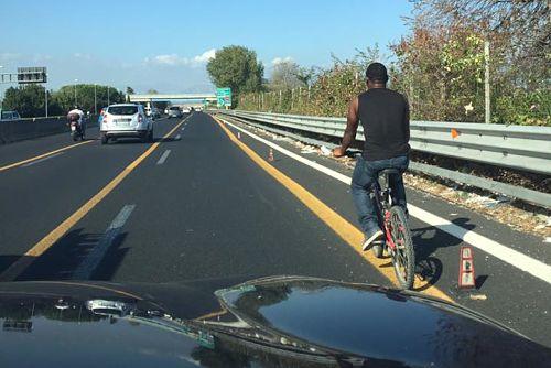 immigrato-in-bici-in-autostrada