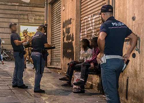 polizia-centro-storico-immigrati-migranti