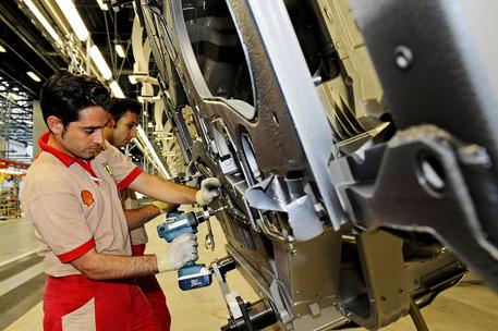 Il reparto montaggio vetture nello stabilimento Ferrari a Maranello in una foto del 25 giugno 2008.  GIORGIO BENVENUTI / ANSA