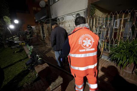 I soccorsi e i vigili del fuoco in Via Lanfranco a seguito di un incendio, Roma, 1 gennaio 2019. ANSA/MASSIMO PERCOSSI