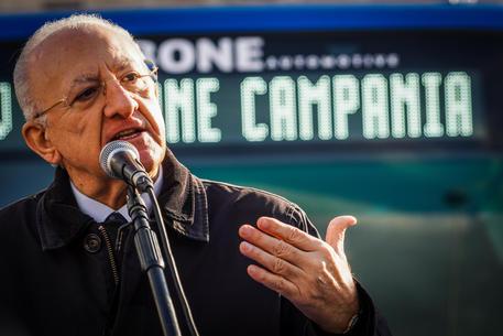Il presidente della Regione Campania Vincenzo De Luca durante la consegna dei nuovi autobus EAV (Ente Autonomo Volturno) nel piazzale antistante il porto di Napoli, 17 dicembre 2020. ANSA/CESARE ABBATE