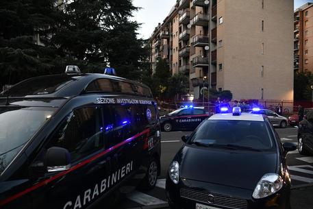 Carabinieri della scientifica al lavoro sul luogo in cui un uomo è stato accoltellato mortalmente alla gola a Cesano Boscone, nel Milanese, 19 settembre 2021. ANSA/ANDREA FASANI