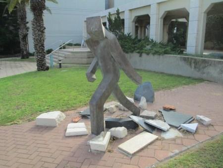 פסל שואה ותקומה באוניברסיטת תל אביב (צילום: ויקיפדיה)