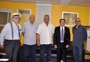 De izquierda a derecha los presidentes Ad-Vitam de las Águilas Cibaeñas José Augusto Vega Imbert y Reynaldo (Papy) Bisonó; Winston (Chilote) Llenas, el ingeniero Julio César Correa y Jochy Sánchez.