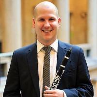 Dirigent des Jungen Chor München mit Klarinette