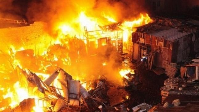 """خطيـر .. حريق مهول يلتهم جزء من قرية الصيد """"إمطلان"""" شمال الداخلة"""
