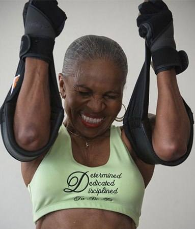 لاعبة كمال أجسام في 77