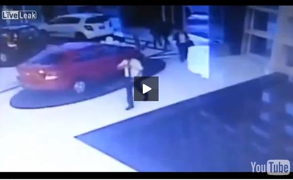 بالفيديو: سيدة تسقط في بكرة مياه وهي منشغلة بهاتفها النقال