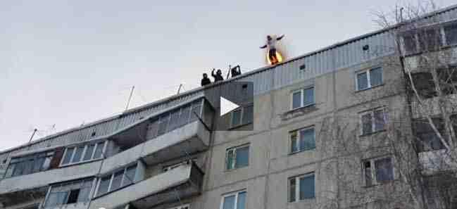 فيديو مغامر روسي يشعل النار بنفسه ويقفز من الطابق التاسع
