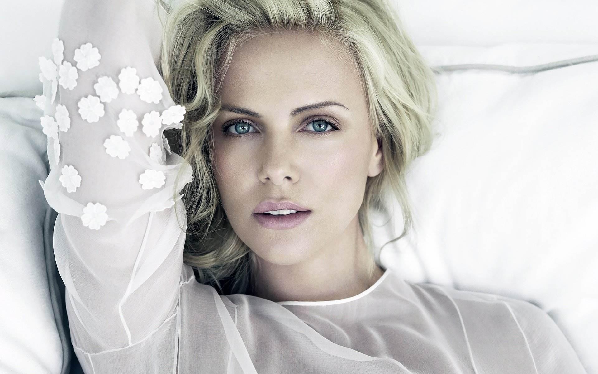 اجمل اطلالات تشارليز ثيرون من توقيع ديور Dior