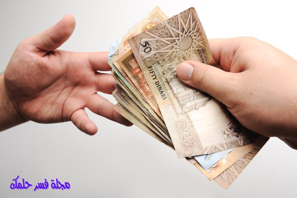 حلم إعطاء الميت للمرأة المتزوجة نقود ورقية ومال في المنام
