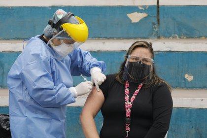 Un tercio de los peruanos no se quieren vacunar contra el coronavirus -  DIARIO AHORA %