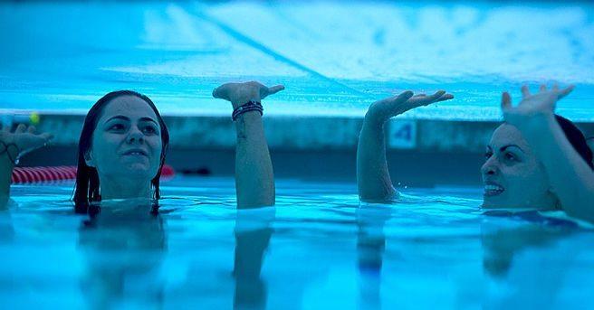 Irmãs ficam presas em piscina no trailer do filme '12 Feet Deep'
