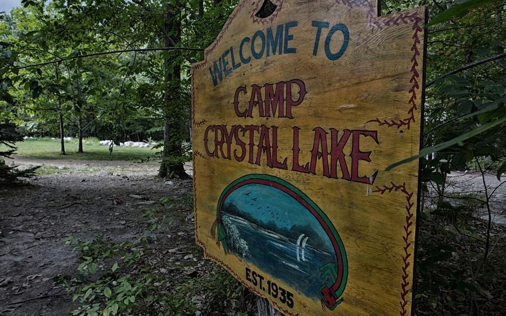 Que tal passar a próxima sexta-feira 13 no acampamento Crystal Lake?