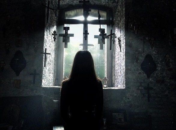 Exorcismos e Demônios | Filme de exorcismo baseado em uma história real ganha trailer legendado e data de estreia