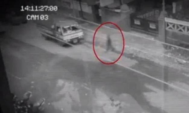 """Câmera de segurança flagra """"fantasma"""" atravessando a rua e passando por dentro de carros"""