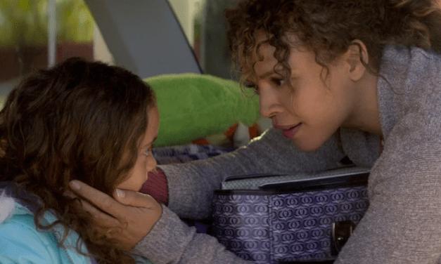Mãe precisa matar alguém para salvar a filha no trailer do novo filme da Netflix 'Cascavel'