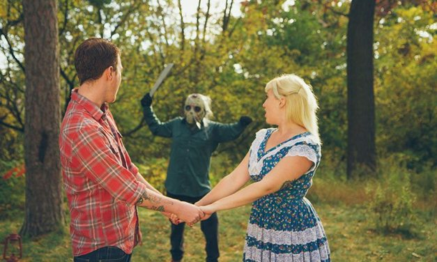 Confira ensaio fotográfico de casal inspirado no filme 'Sexta-Feira 13'