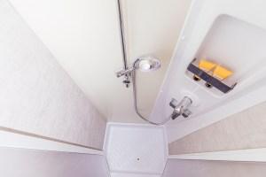 Der getrennte Dusch- und WC-Bereich sorgt für ein angenehmes Duscherlebnis mit viel Privatsphäre.