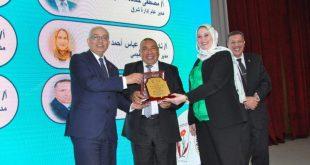 د رضا حجازي يكرم المهندس أحمد كمال والأستاذ يوسف الديب