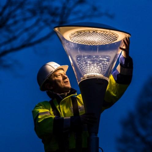 Montage einer LED-Lampe im Grugapark in Essen
