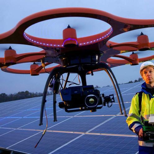 Fleißige Drohne: Hecacopter bei der Inspektion und Schadensdiagnose von Solarfeldern.