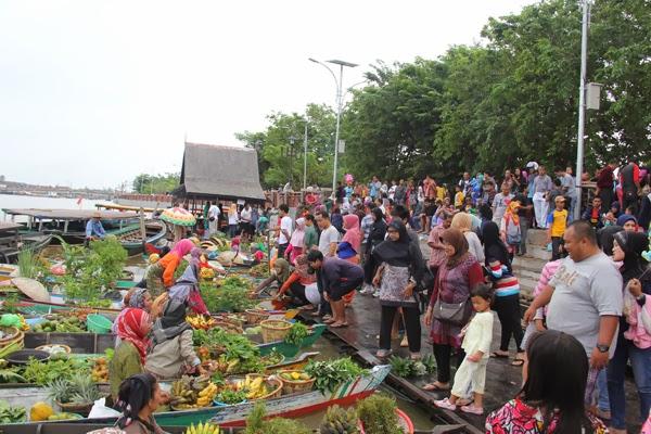 Pasar terapung di sungai Martapura di Taman Siring Banjarmasin