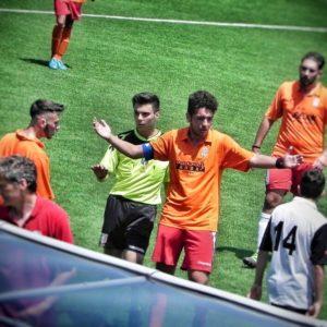 Marco De Lucia cerca di placare gli animi dopo uno scontro di gioco