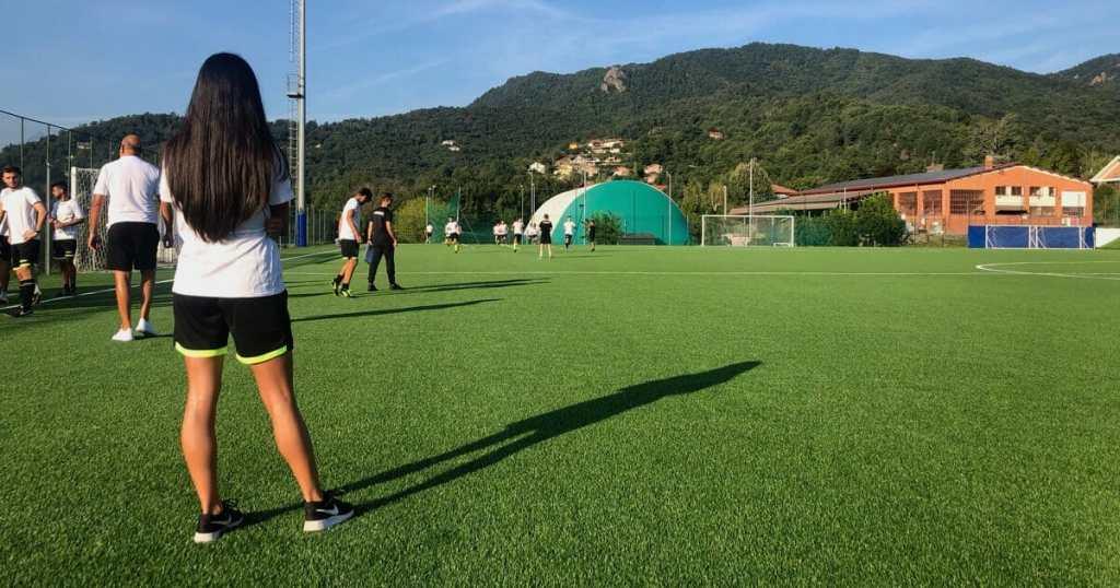 Erica Puddu guarda l'orizzonte durante il Raduno CRA Piemonte.