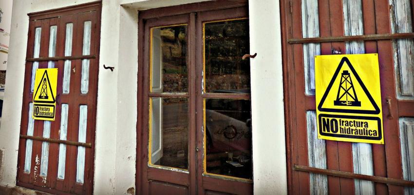 Peleando puerta a puerta contra el fracking.