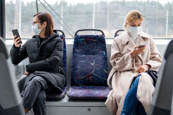 Mujeres siguen su rutina en transporte públic