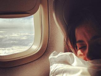 جہاز کی کھڑکی سے نظارہ : افسانہ از منزہ احتشام گوندل