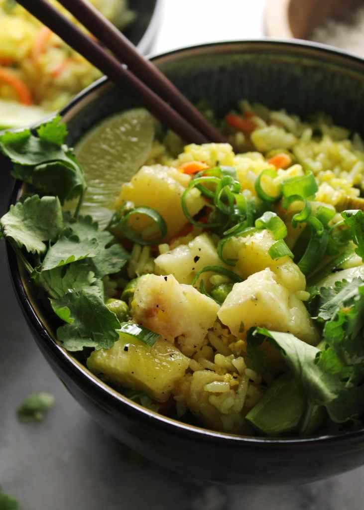 This Pineapple Vegetable Turmeric Fried Rice is a healthy version of the unhealthy fried rice fav. Enjoy this guilt free next time your craving take out | via @AimeeMarsLiving | #HealthyFriedRice #VegetableFriedRice #BulletproofDiet #BulletproofRecipe