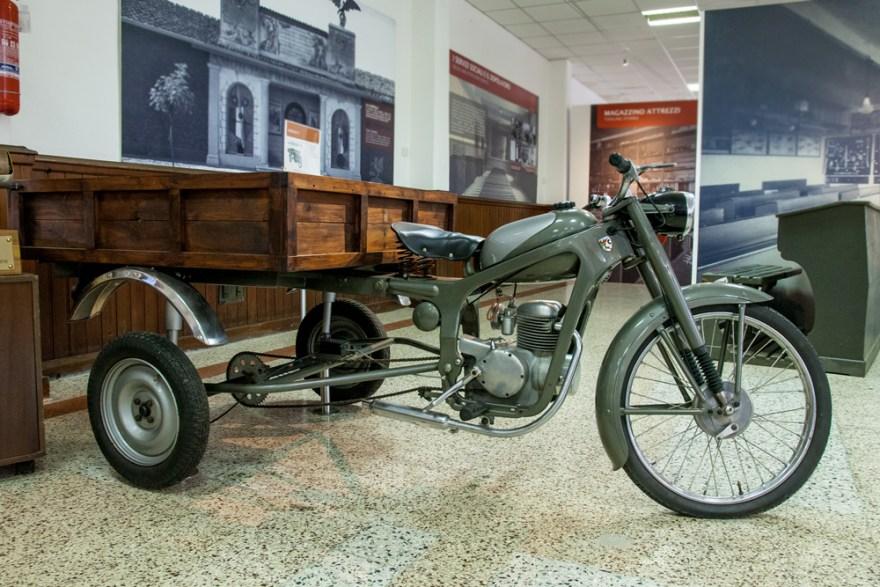 Motorra orgarekin (Motorbike with cart)