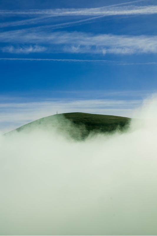 Gailurra hodeietan igeri (Summit floating on clouds)