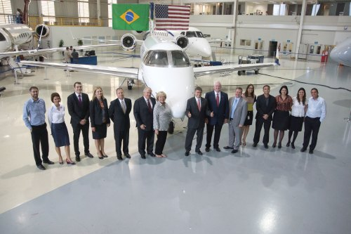 small resolution of embraer executive jets president and ceo marco t lio pellegrini center right and company employees