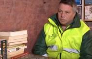 عمال نظافة لكن مثقفين.. صنعوا مكتبة من القمامة (فيديو)